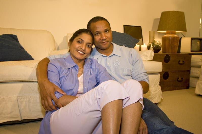 Couples dans la salle de séjour photos libres de droits