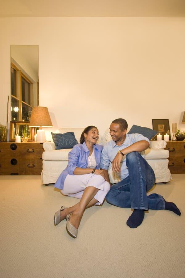Couples dans la salle de séjour photographie stock