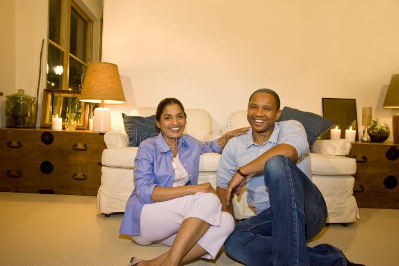 Couples dans la salle de séjour image libre de droits