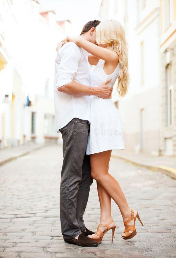 Couples dans la ville image stock