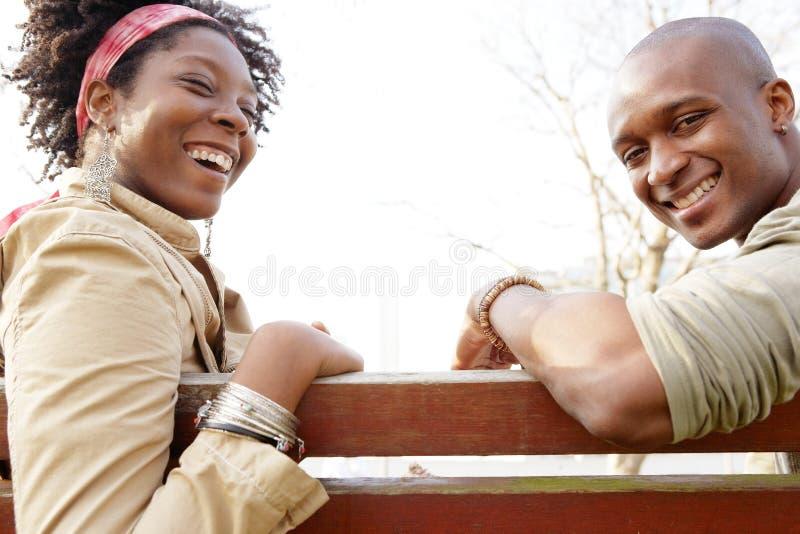 Couples dans le banc de parc. photos stock