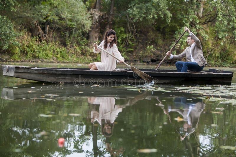 Couples dans le bateau photographie stock