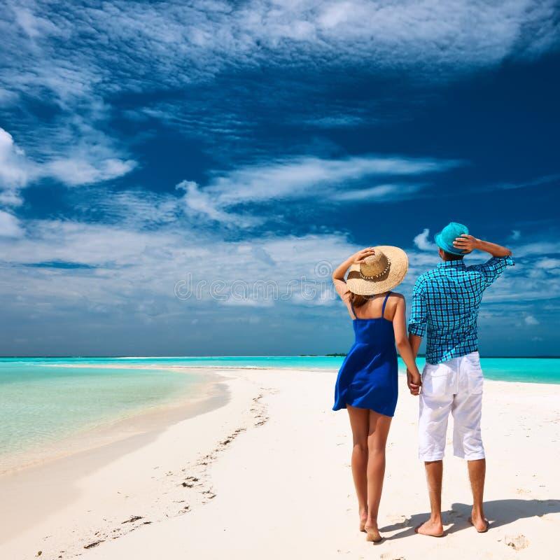 Couples dans le bleu sur une plage chez les Maldives photo libre de droits