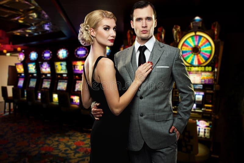 Couples dans le casino photo libre de droits