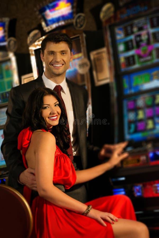 Couples dans le casino photo stock