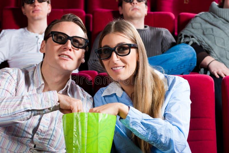Couples dans le cinéma images stock