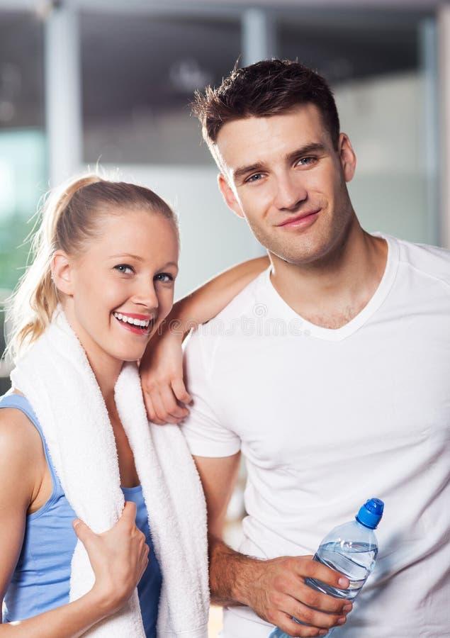 Couples dans le club de santé photo libre de droits