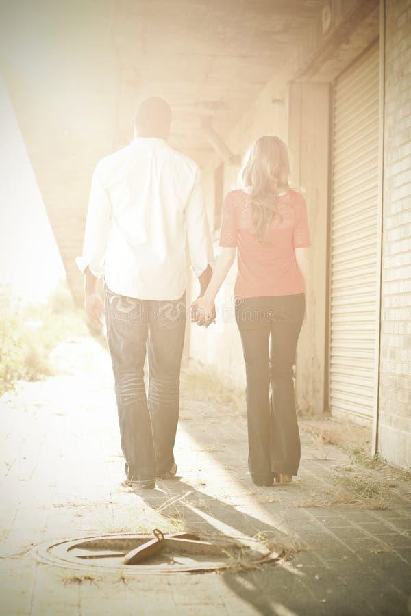 Couples dans le coucher du soleil photos libres de droits