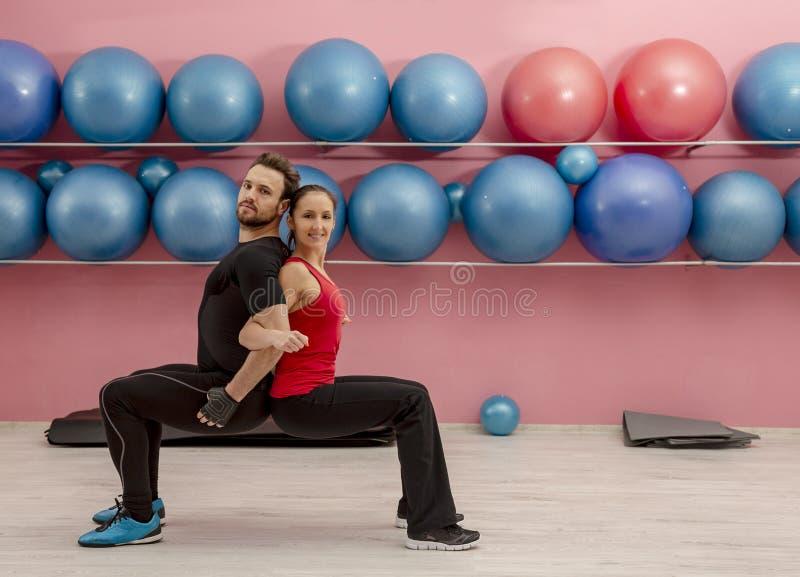 Couples dans le gymnase photo stock
