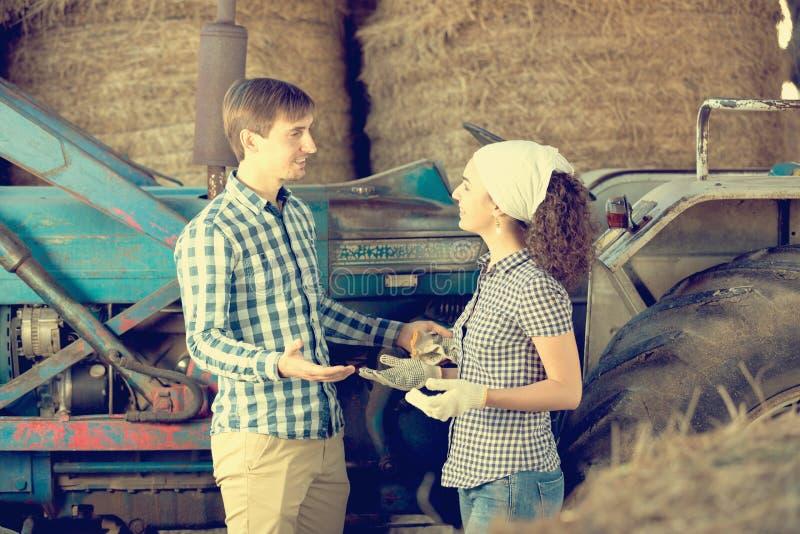 Couples dans le hangar photographie stock libre de droits