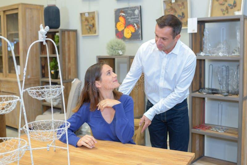 Couples dans le magasin de meubles ou la salle d'exposition photos libres de droits