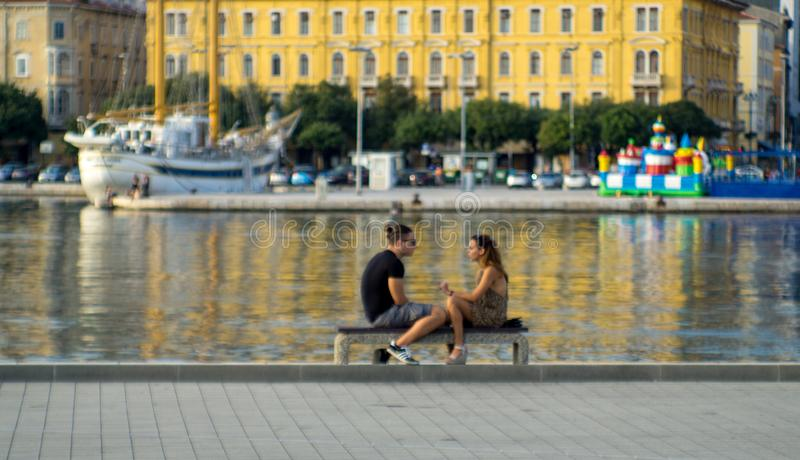 Couples dans le port, Rijeka, Croatie image libre de droits
