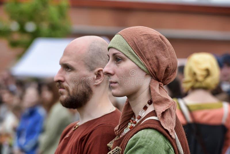 Couples dans le profil dans les costumes de l'époque médiévaux images libres de droits