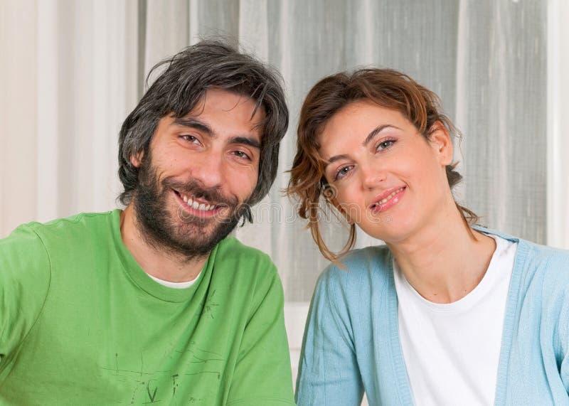 Couples dans le sourire de pastels photos stock