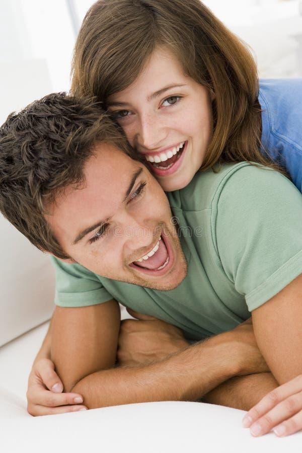Couples dans le sourire de salle de séjour image stock