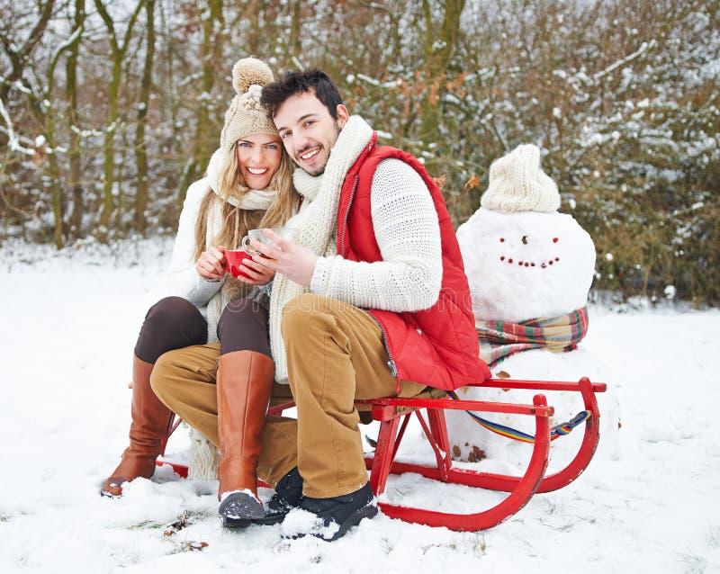 Couples dans le thé potable d'hiver dessus photographie stock libre de droits