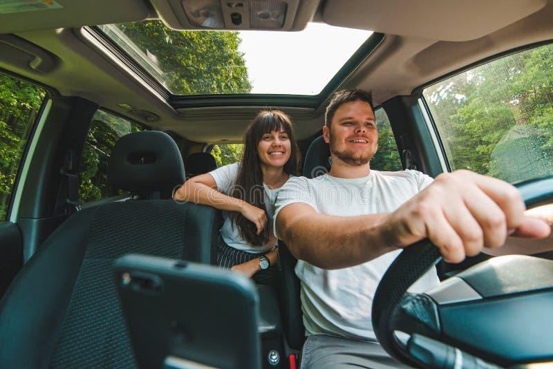Couples dans le véhicule Long voyage par la route images stock