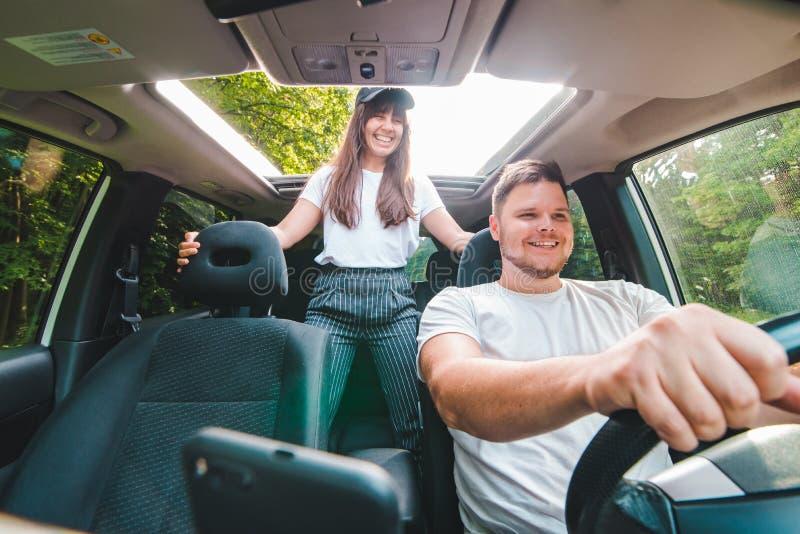 Couples dans le véhicule Long voyage par la route image stock