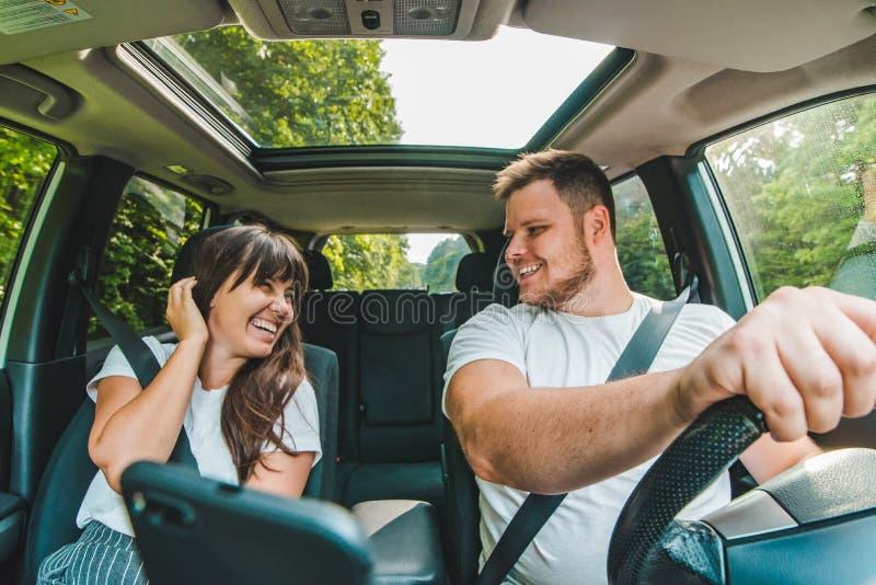Couples dans le véhicule Long voyage par la route photos libres de droits