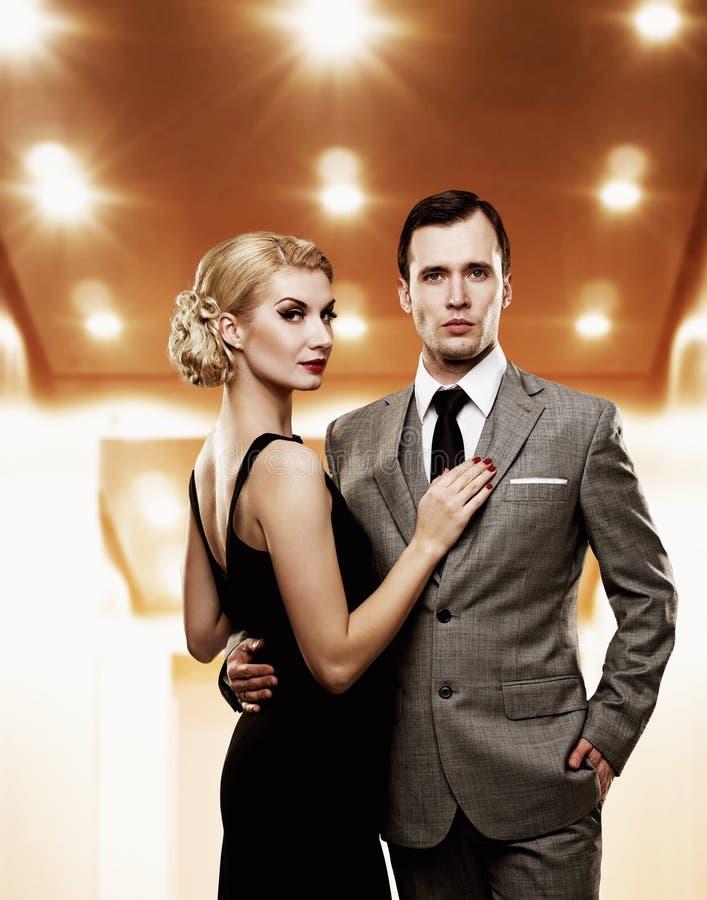 Couples dans le vestibule image stock
