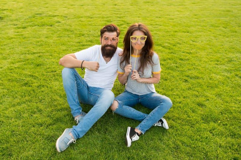 Couples dans les appui verticaux gais de cabine de la jeunesse d'amour gens ?motifs Divertissement d'?t? Datation de couples Coup photographie stock libre de droits