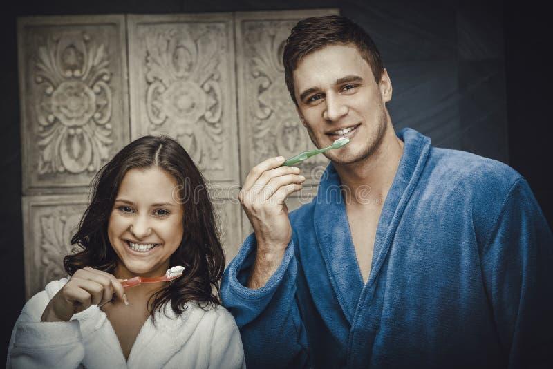 Couples dans les dents de brossage de salle de bains photos libres de droits