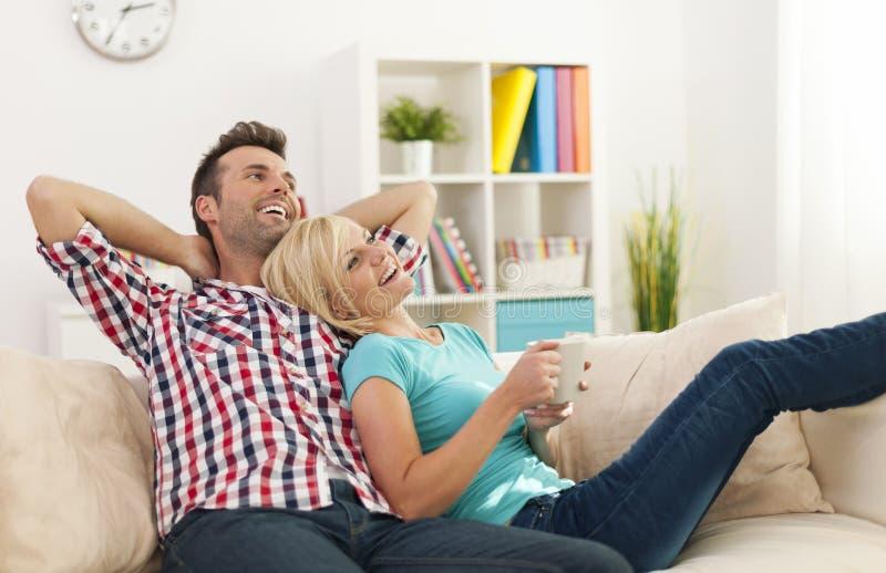 Couples dans leur nouvelle maison photos stock