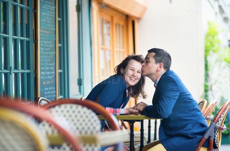 Couples dans un café extérieur images stock
