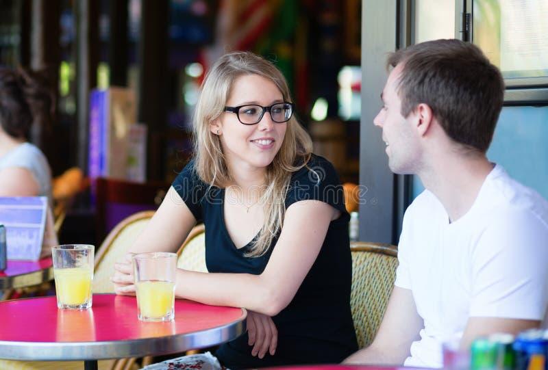 Couples dans un café parisien image libre de droits