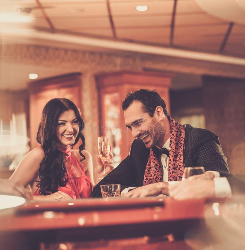 Couples dans un casino image libre de droits