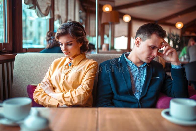 Couples dans une mauvaise humeur se reposant dans le restaurant photos libres de droits
