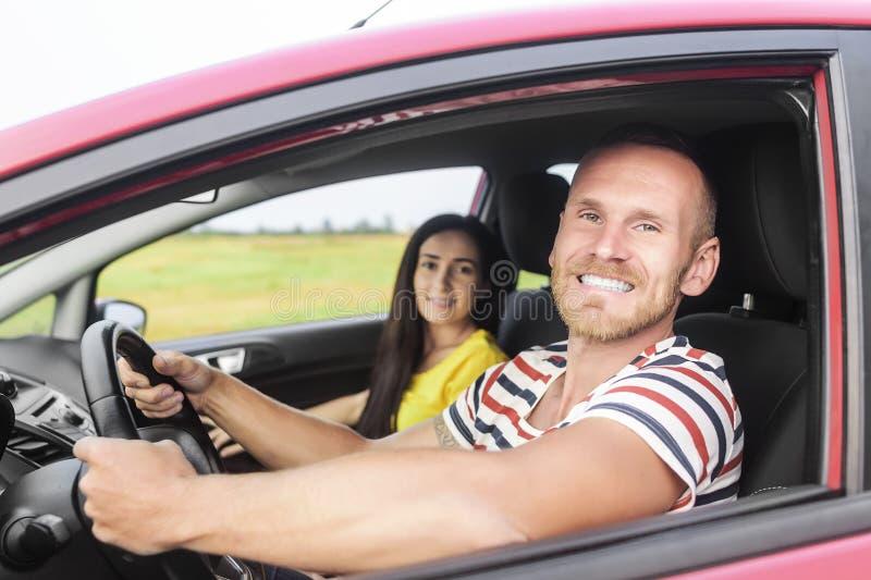 Couples dans une voiture rouge photos libres de droits