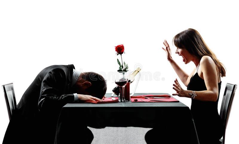 Couples datant les silhouettes s'effondrantes de morts de crise cardiaque de dîner photo libre de droits