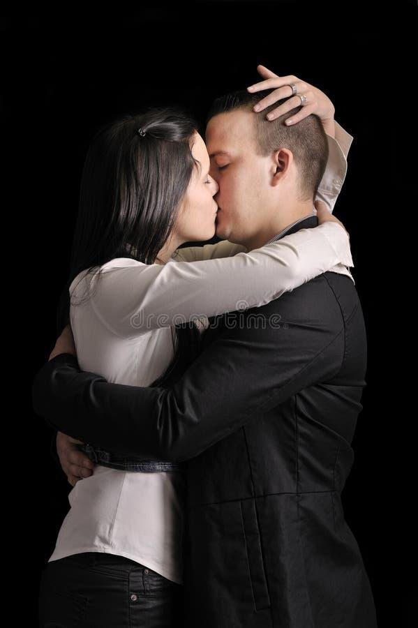 Couples de baiser de jeunes images libres de droits