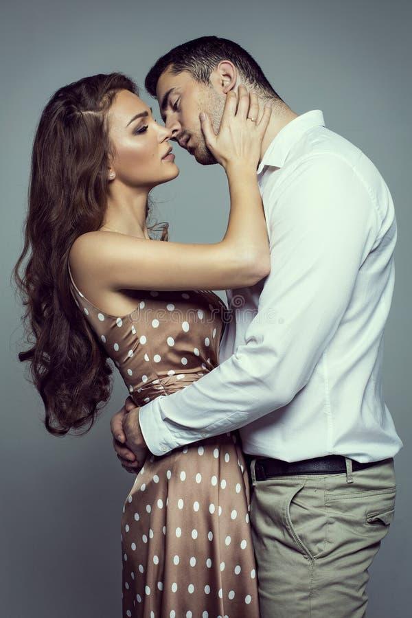 Couples de baiser de jeunes photographie stock libre de droits