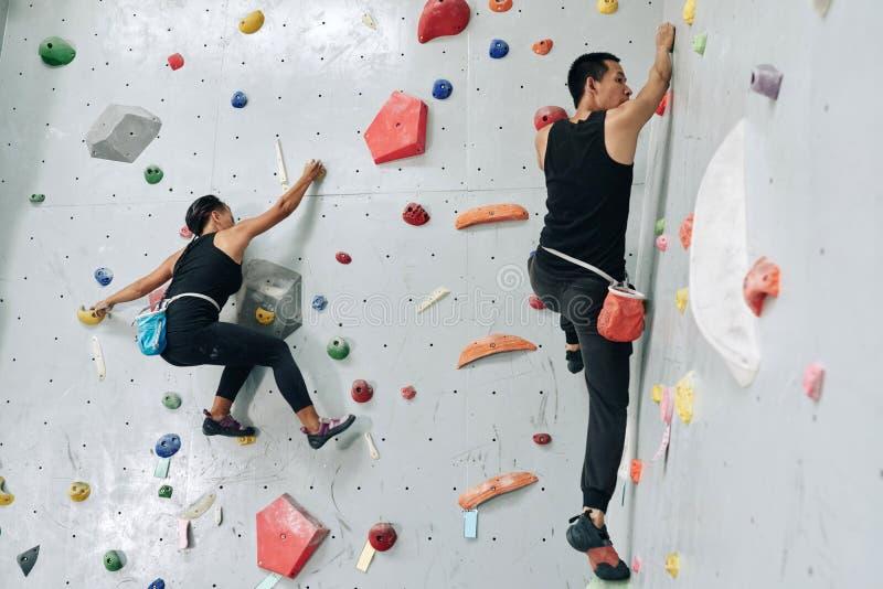 Couples de Bouldering photo stock