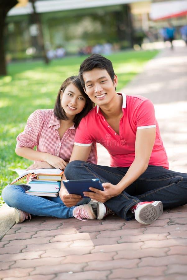 Couples de campus image stock