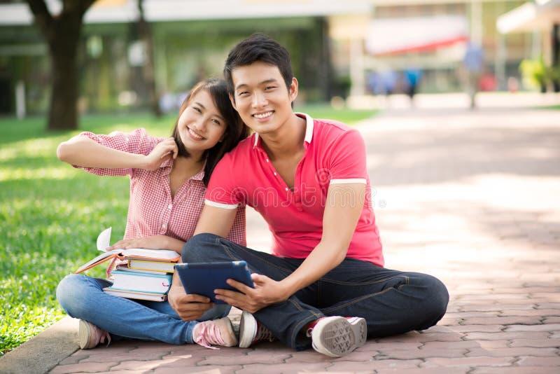 Couples de campus image libre de droits