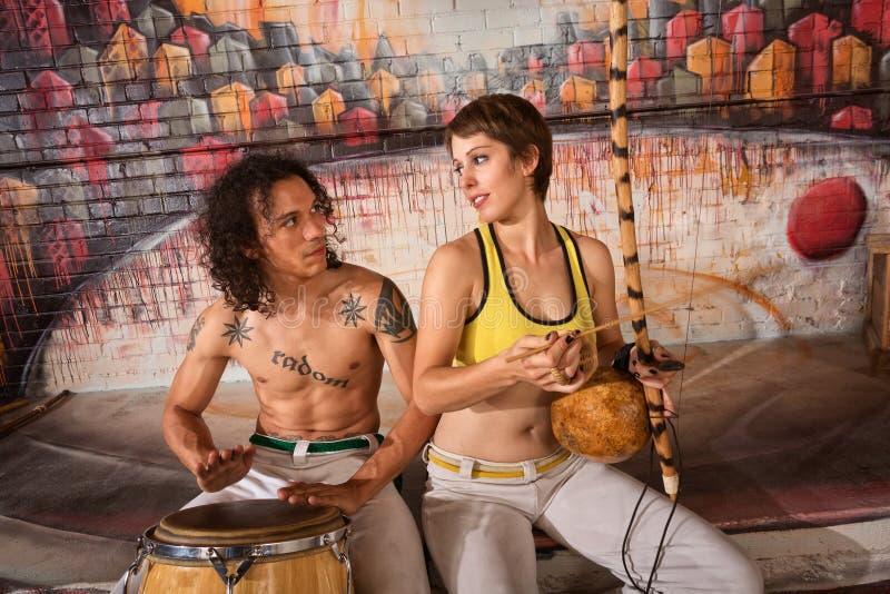 Couples de Capoeira jouant les instruments traditionnels image stock
