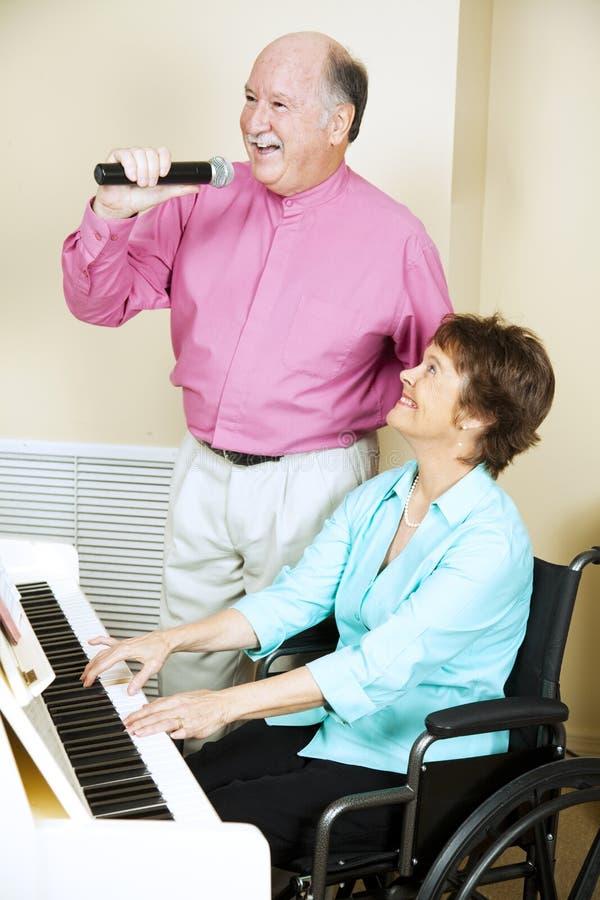 Couples de chant - handicapés photos stock