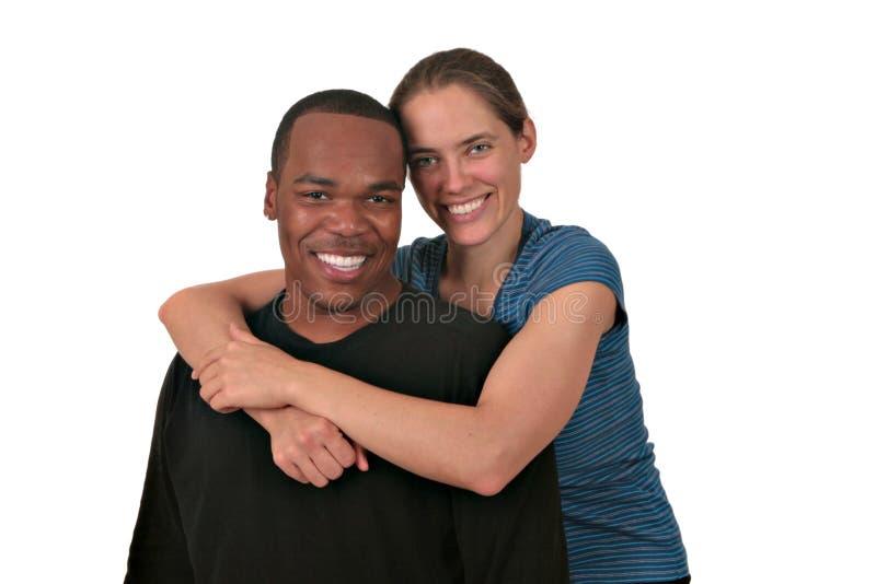 Couples de chemin mélangé souriant sur le blanc image stock