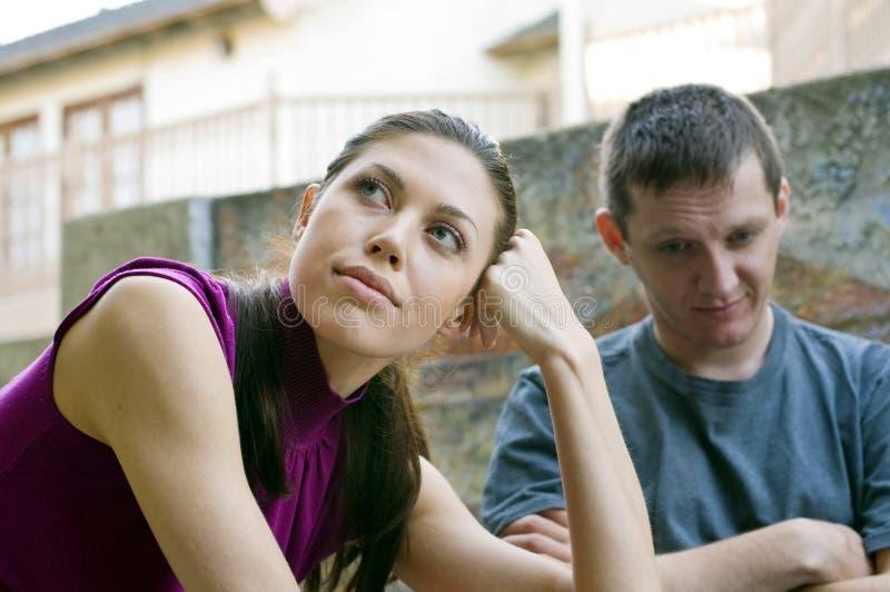 couples de conflit ayant des jeunes photo libre de droits