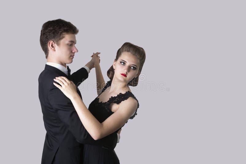 Couples de danse des jeunes, d'un jeune homme et d'une fille photographie stock