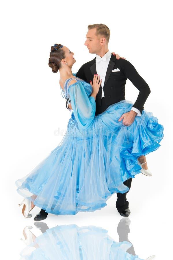 Couples de danse de salle de bal dans une pose de danse d'isolement sur le fond blanc danseurs sensuels de proffessional de salle photographie stock libre de droits