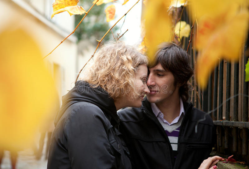 Couples de datation à l'automne photo libre de droits