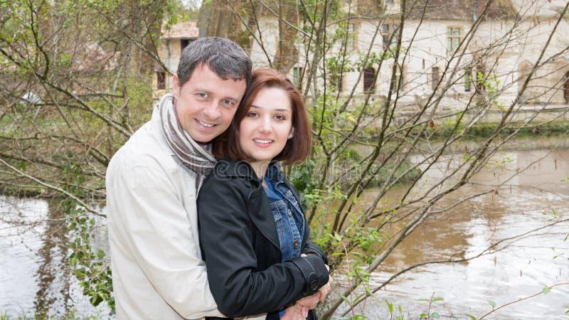 couples de datation détendant sur le lac de rivière dans la ville photographie stock