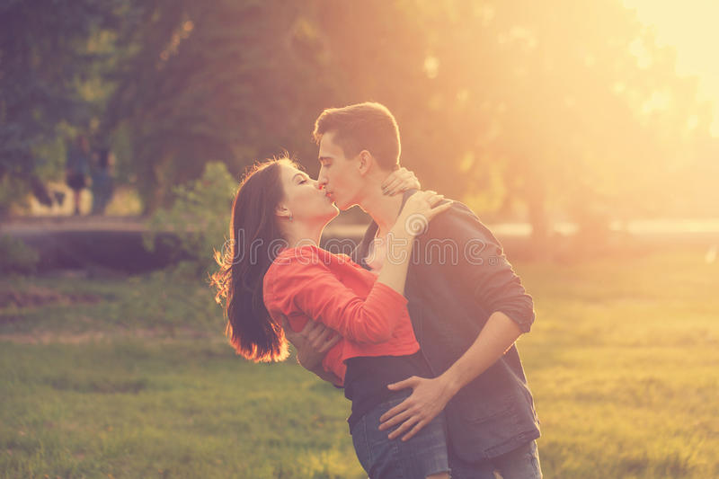 Couples de datation en parc au coucher du soleil photos stock