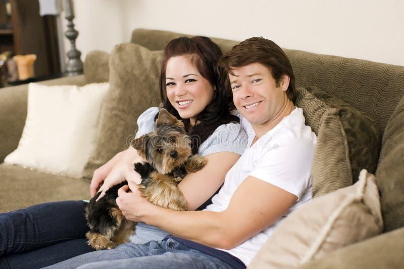 couples de divan photographie stock