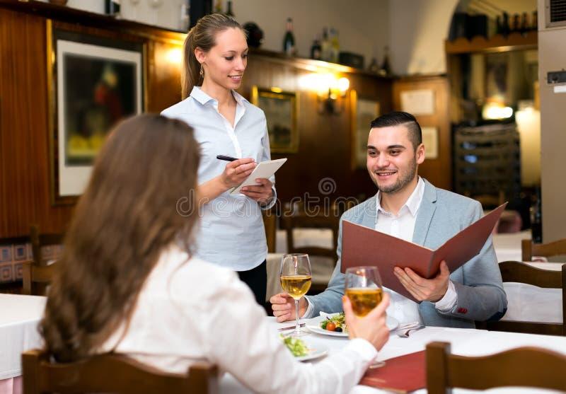 Couples de famille dans le restaurant photographie stock libre de droits