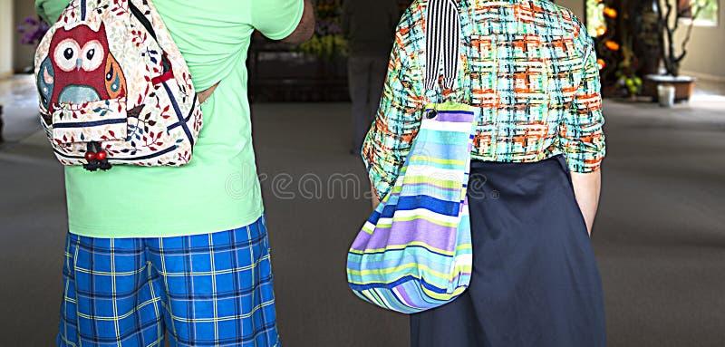 Couples de famille des touristes dans des vêtements colorés d'été des vacances, mode et style, des vêtements et des accessoires image libre de droits